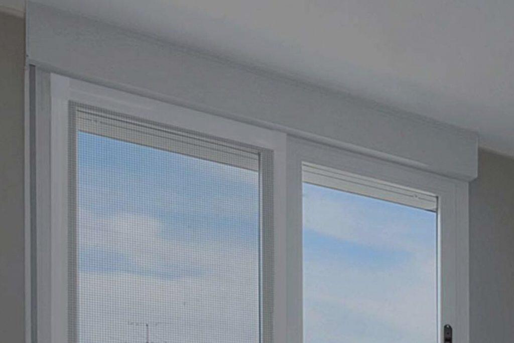 Instalación de una mosquitera a medida en una ventana